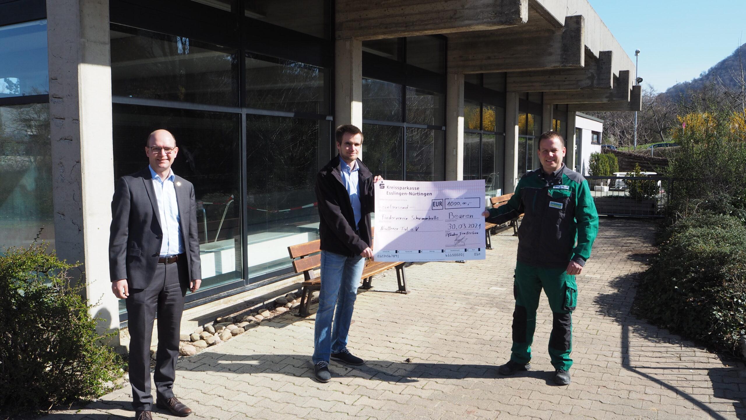 Bürgermeister Gluiber, Kai Schneider und Christoph Pfänder bei der Scheckübergabe
